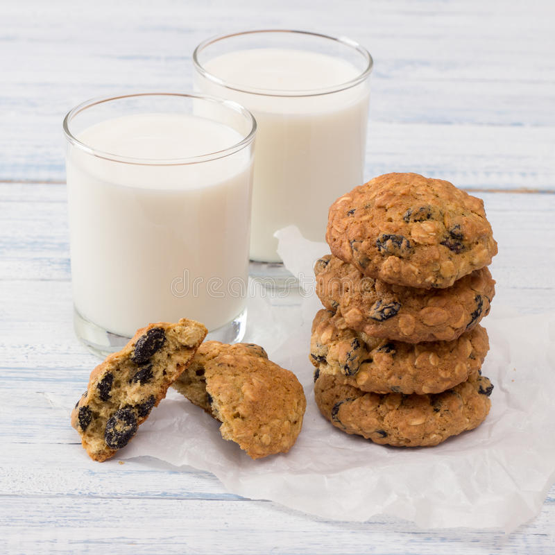 Galletas de harina de avena de la dieta con leche imagen de archivo