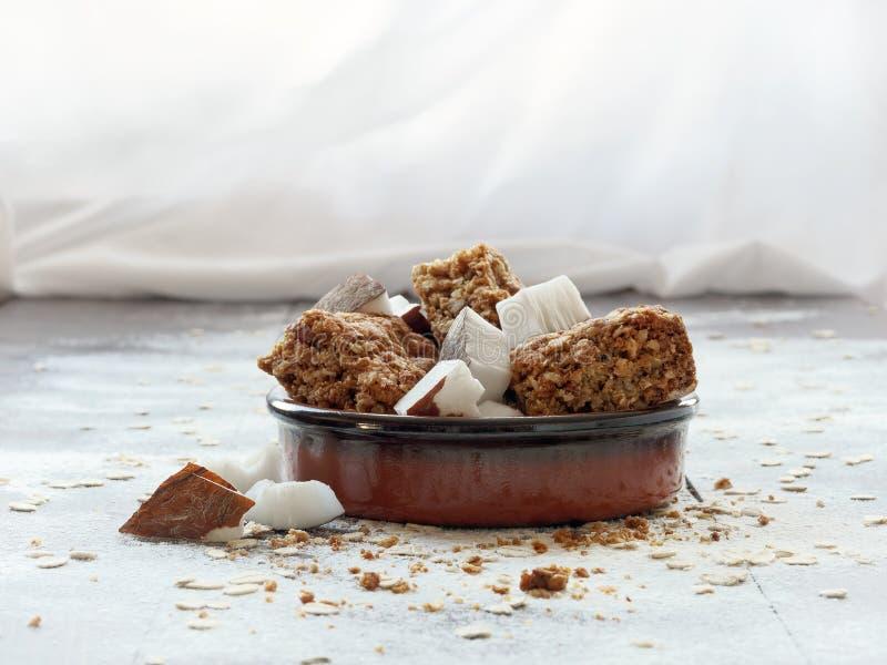 Galletas de harina de avena hechas en casa con el coco en un cuenco fotos de archivo libres de regalías
