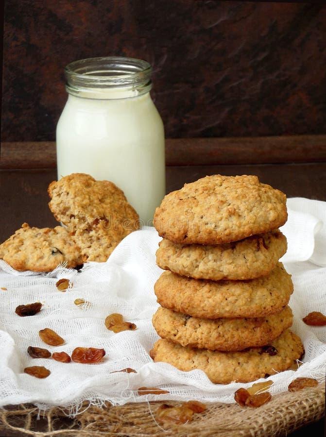 Galletas de harina de avena hechas en casa deliciosas con las pasas y la leche imagen de archivo libre de regalías