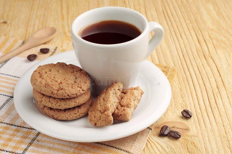 Galletas de harina de avena y taza de café imagen de archivo libre de regalías