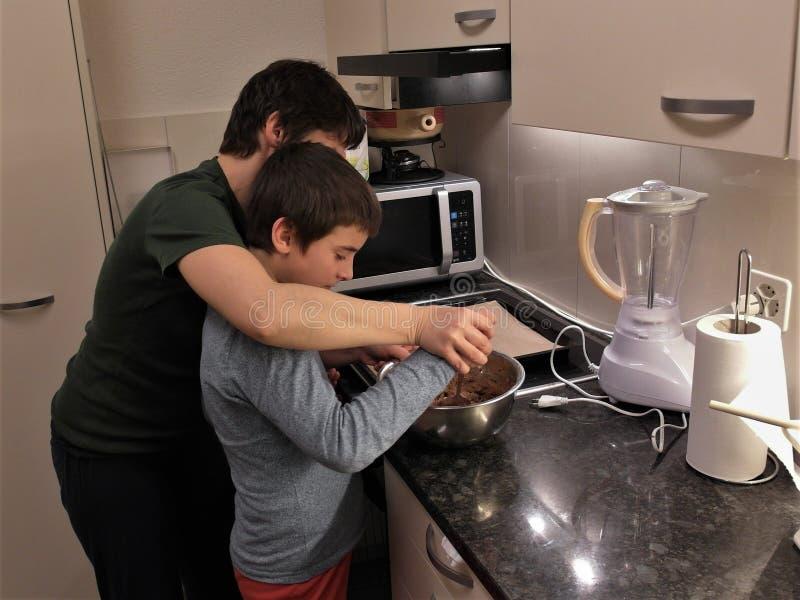 Galletas de hornear madre e hijo imágenes de archivo libres de regalías