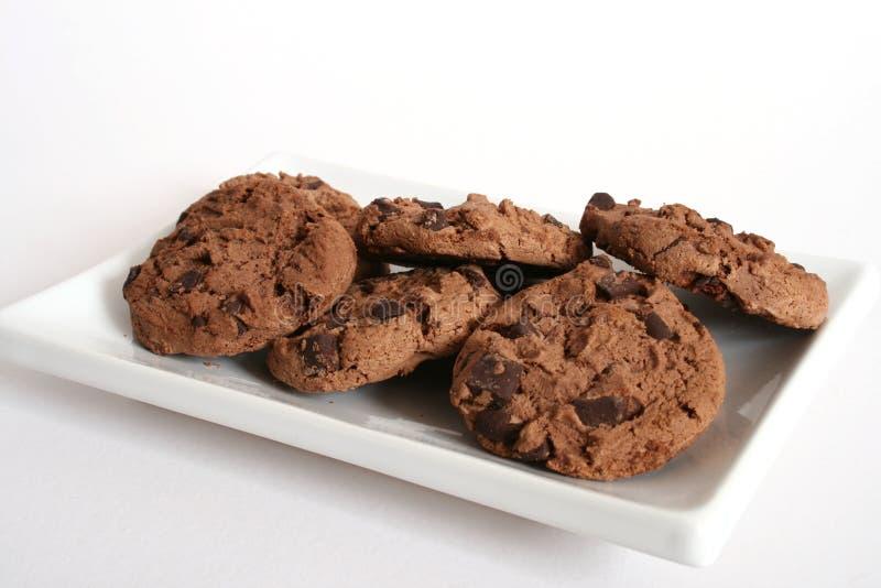 galletas de la Choc-viruta en una placa fotos de archivo