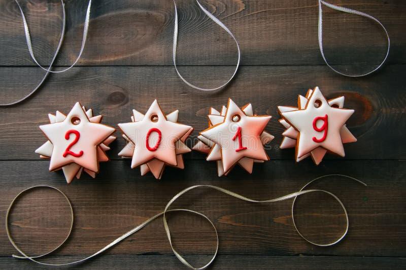 Galletas de la estrella del pan de jengibre La Navidad 2019 de la inscripción y nueva y foto de archivo