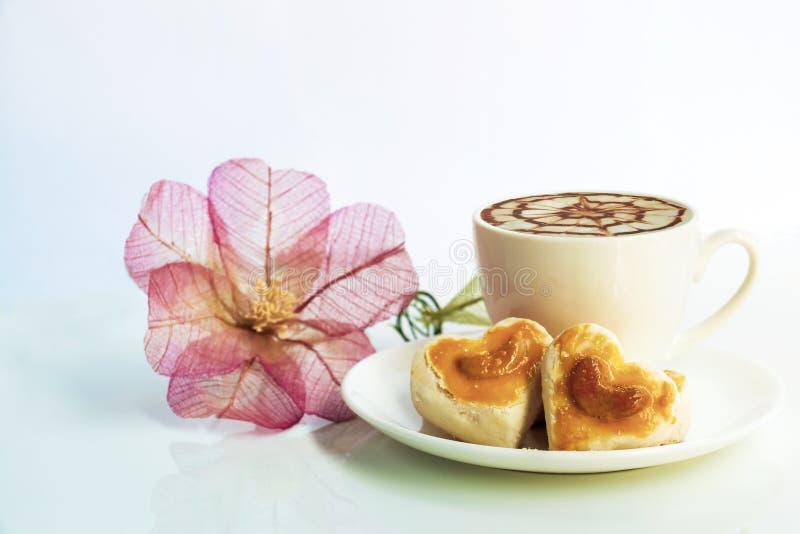 Galletas de la forma del corazón con el anacardo o galleta y coff de Singapur fotografía de archivo libre de regalías