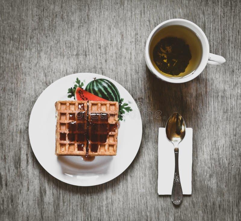 Galletas de la galleta con el atasco y el té verde fotografía de archivo libre de regalías