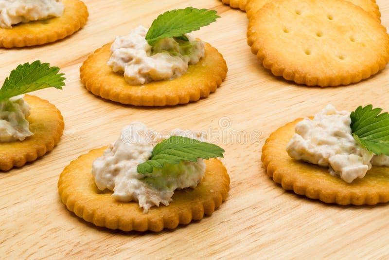 Galletas de la galleta con la ensalada de atún fotografía de archivo libre de regalías