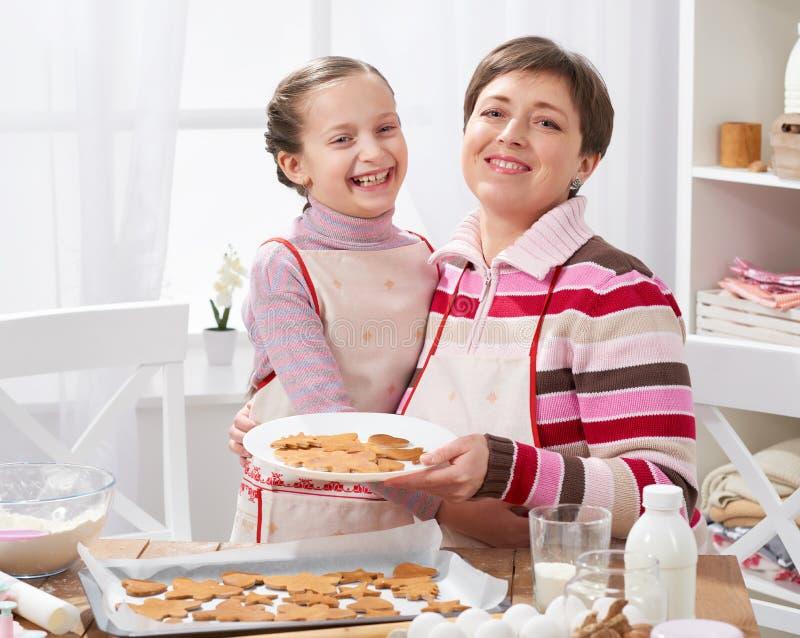 Galletas de la hornada de la madre y de la hija, cocina casera interior, concepto sano de la comida fotografía de archivo libre de regalías