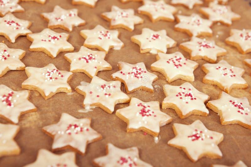 Galletas de la Navidad con el chocolate blanco fotos de archivo libres de regalías