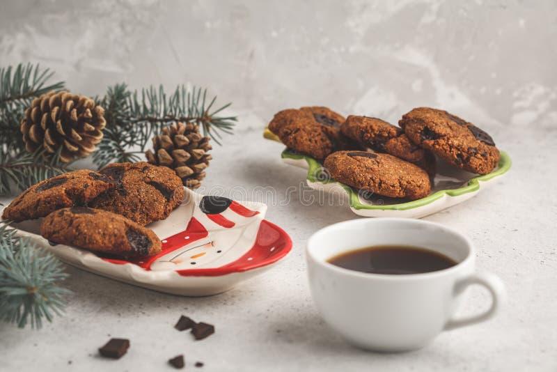 Galletas de la Navidad con el chocolate en la placa y el cacao, w de la Navidad fotografía de archivo libre de regalías