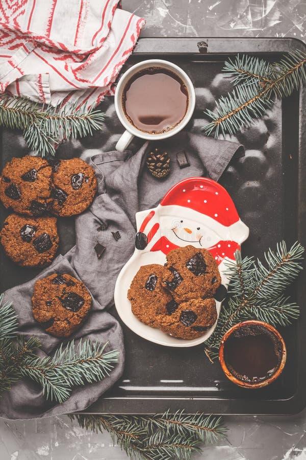 Galletas de la Navidad con el chocolate y el cacao, fondo oscuro Chr imagen de archivo libre de regalías