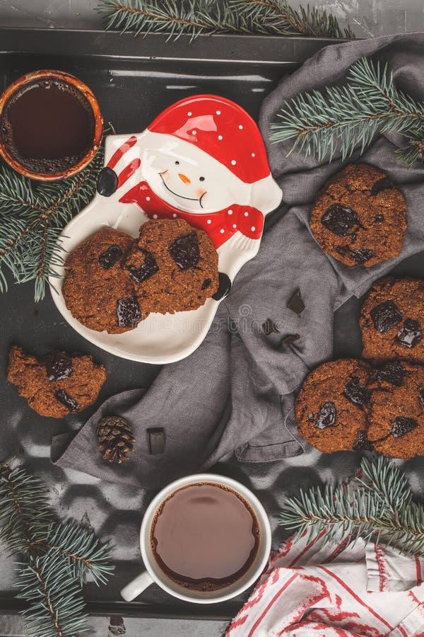 Galletas de la Navidad con el chocolate y la taza de cacao, backgrou oscuro foto de archivo libre de regalías