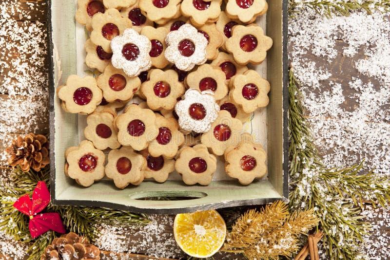 Galletas de la Navidad con las decoraciones foto de archivo