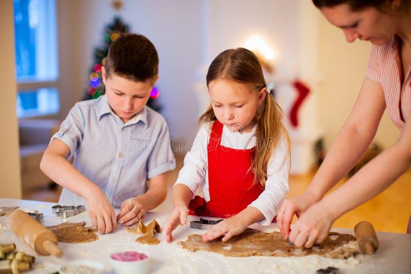 Galletas de la Navidad de la hornada de la familia fotos de archivo libres de regalías