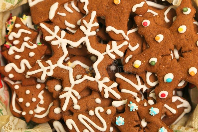 Galletas de la Navidad del pan de jengibre adornadas con la formación de hielo blanca en la caja foto de archivo