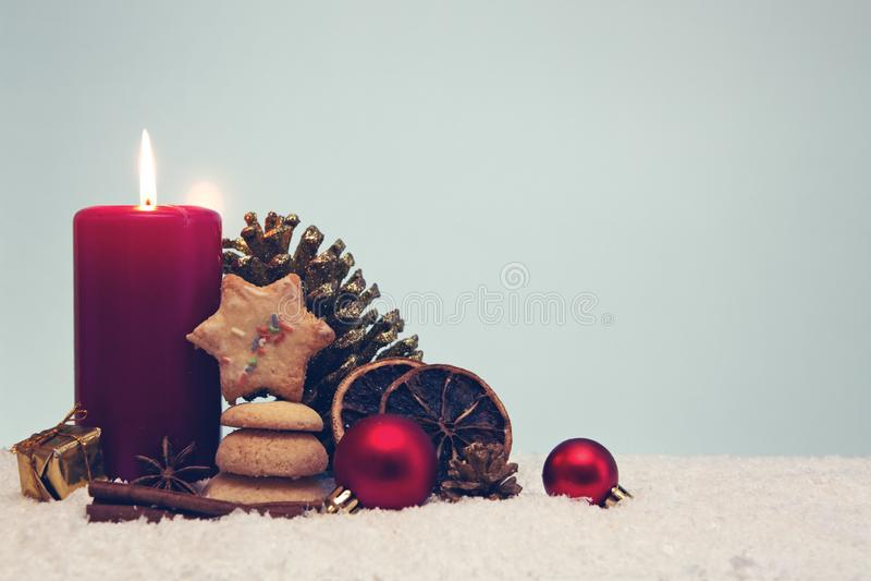 Galletas de la Navidad y vela roja del advenimiento en gris imagenes de archivo