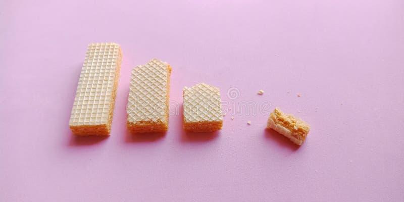Galletas de la oblea en fondo rosado imagen de archivo