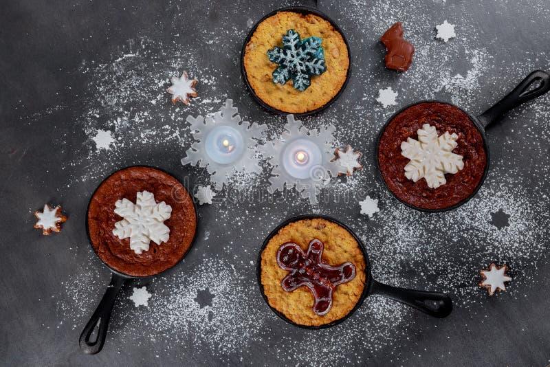 Galletas de las galletas de la Navidad y del Año Nuevo en fondo negro Visión superior Empaquetado estacional y nuevo Year' c imagen de archivo libre de regalías