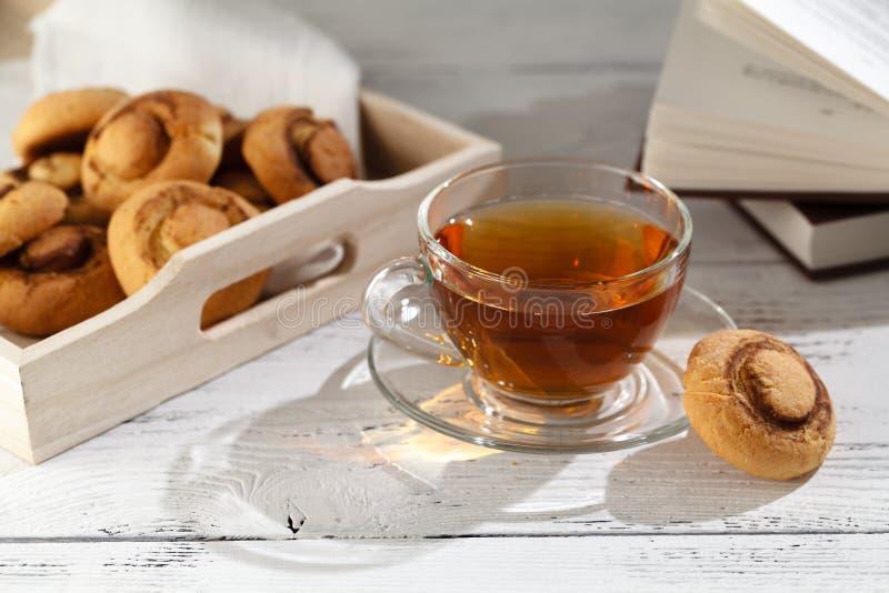 Galletas de los snickerdoodles de la calabaza y taza de té fotos de archivo