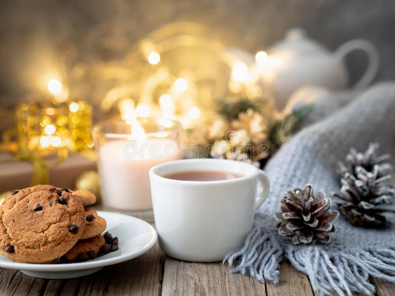 Galletas de microprocesador de chocolate, taza de té en fondo oscuro de la Navidad fotos de archivo