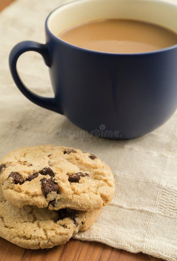 Galletas de microprocesador de chocolate y taza de café foto de archivo libre de regalías