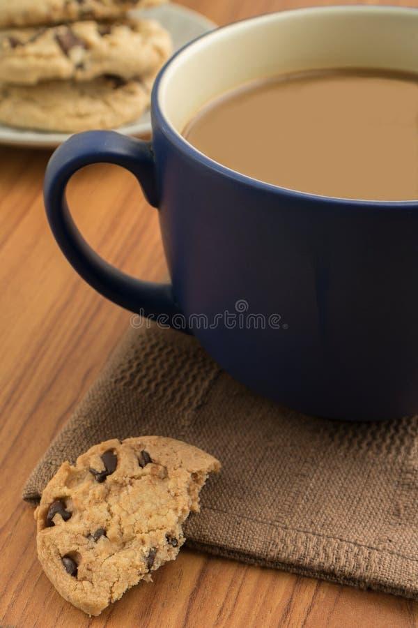 Galletas de microprocesador de chocolate y taza de café fotografía de archivo libre de regalías