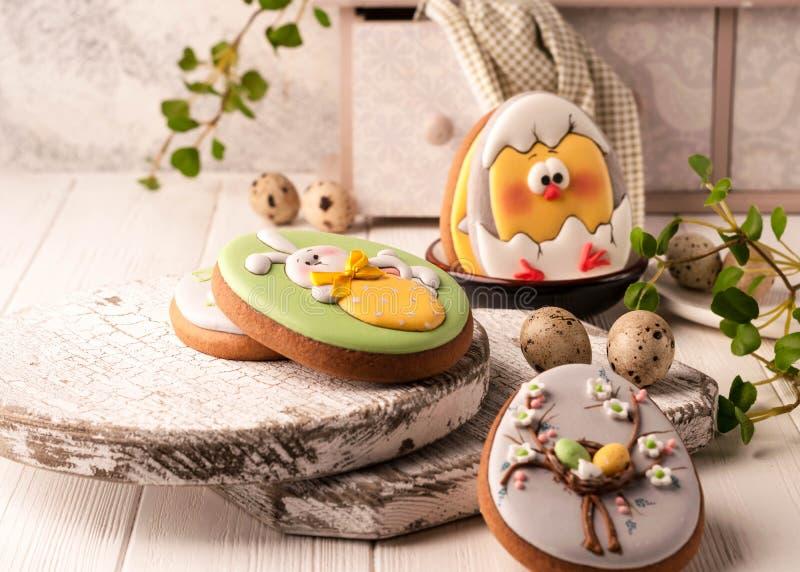 Galletas de Pascua con el conejito de pascua pintado, los huevos de Pascua y el pollo tramado imágenes de archivo libres de regalías