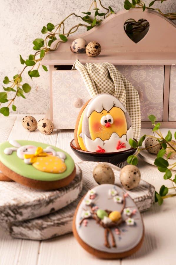 Galletas de Pascua con el conejito de pascua pintado, los huevos de Pascua y el pollo tramado cerca de los huevos de codornices, imagenes de archivo