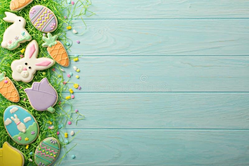 Galletas de Pascua en la tabla azul imágenes de archivo libres de regalías