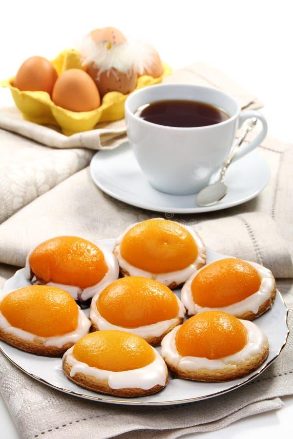 Galletas de Pascua y una taza de té. foto de archivo