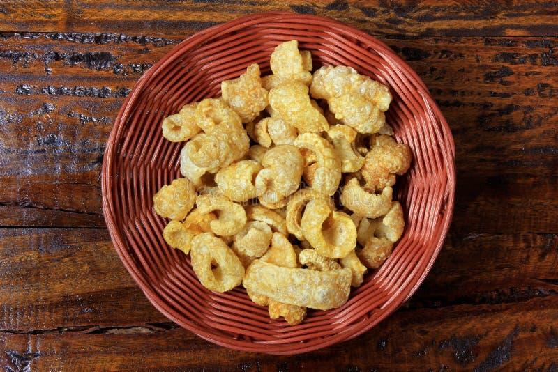 Galletas de Torresmo, comida brasileña típica hecha de la piel del cerdo frito y tostada fotos de archivo