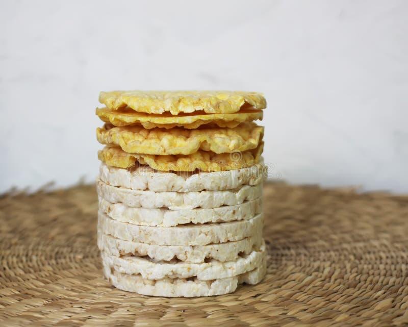 Galletas del arroz blanco en la estera de lugar del whicker foto de archivo