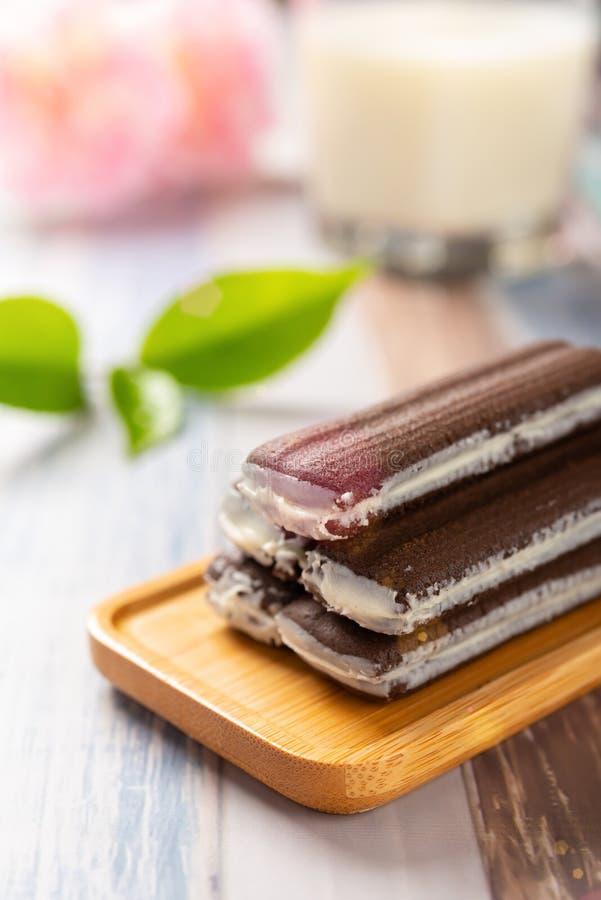 Galletas del bocadillo del sabor del chocolate con la taza de leche por ma?ana como desayuno fotografía de archivo libre de regalías
