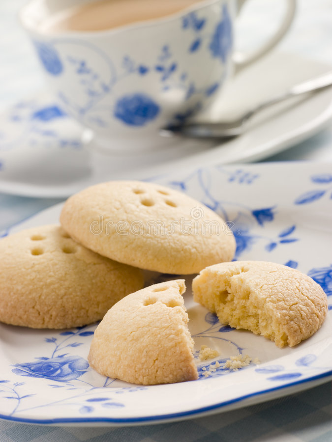 Galletas del botón de Wellington con una taza de té imagen de archivo libre de regalías
