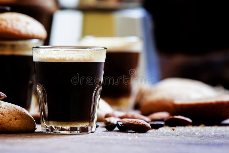 Galletas del café sólo y de la almendra, fondo de madera del vintage, sel foto de archivo