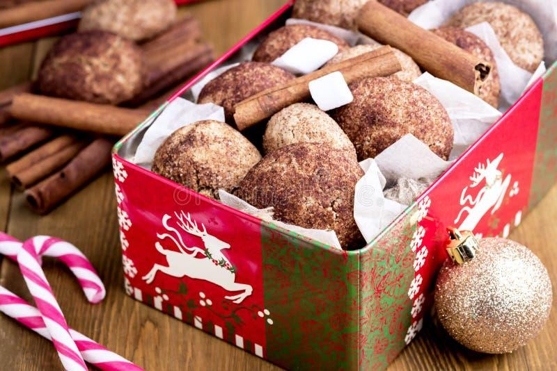 Galletas del canela de la Navidad en backgrpund de madera de la Navidad del fondo de la melcocha del bastón de caramelo del canel fotos de archivo libres de regalías