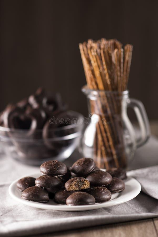 Galletas del chocolate con el relleno y palillos del trigo de un sésamo en una tabla fotografía de archivo libre de regalías