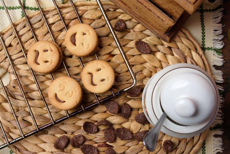 Galletas del chocolate en la tabla de madera Tiro de las galletas de microprocesador de chocolate fotos de archivo