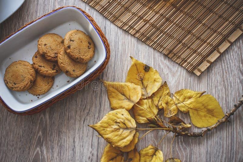 Galletas del chocolate en una cesta foto de archivo