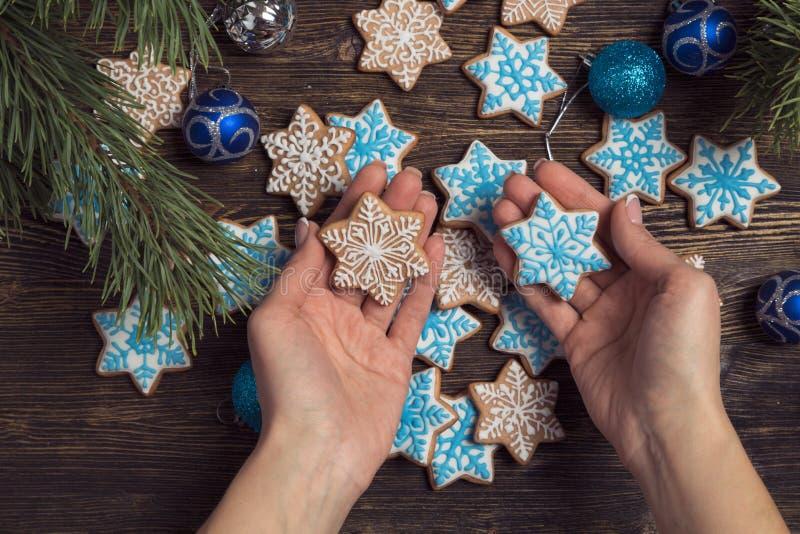 Galletas del copo de nieve del pan de jengibre de la Navidad imagen de archivo
