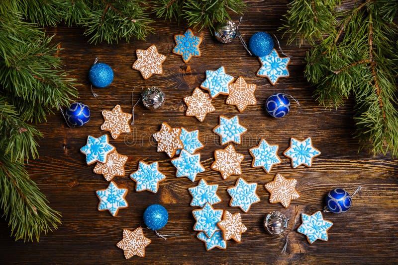 Galletas del copo de nieve del pan de jengibre de la Navidad adornadas con la formación de hielo fotos de archivo