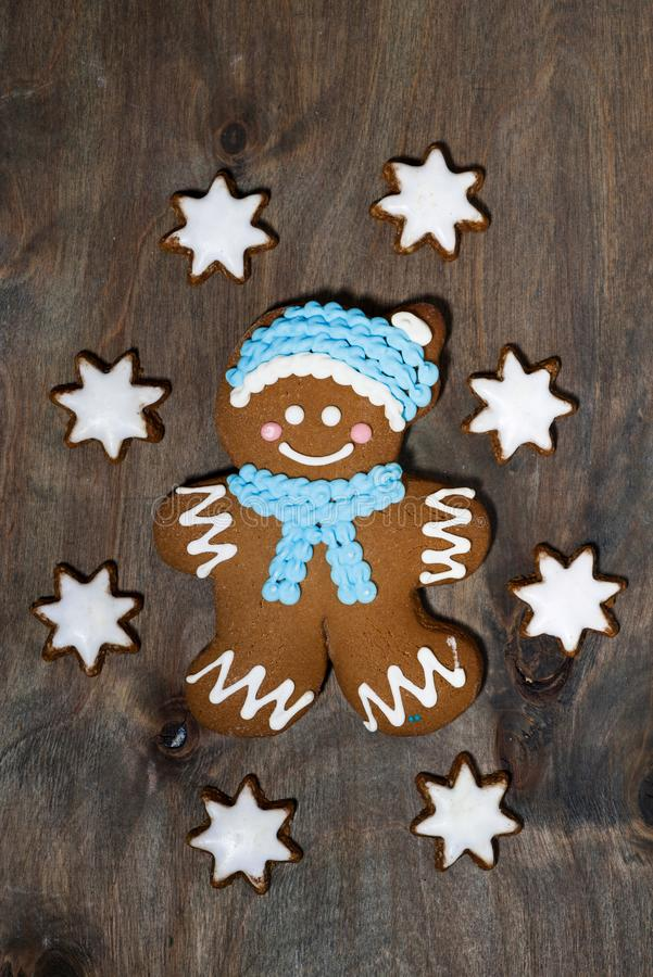 galletas del hombre de pan de jengibre y de las estrellas en fondo de madera gris imagen de archivo libre de regalías
