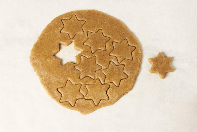 Galletas del jengibre de la preparación Estrella Postre delicioso fotos de archivo libres de regalías