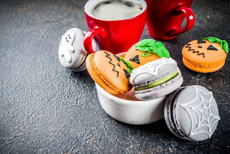 Galletas del macaron de Halloween imagenes de archivo