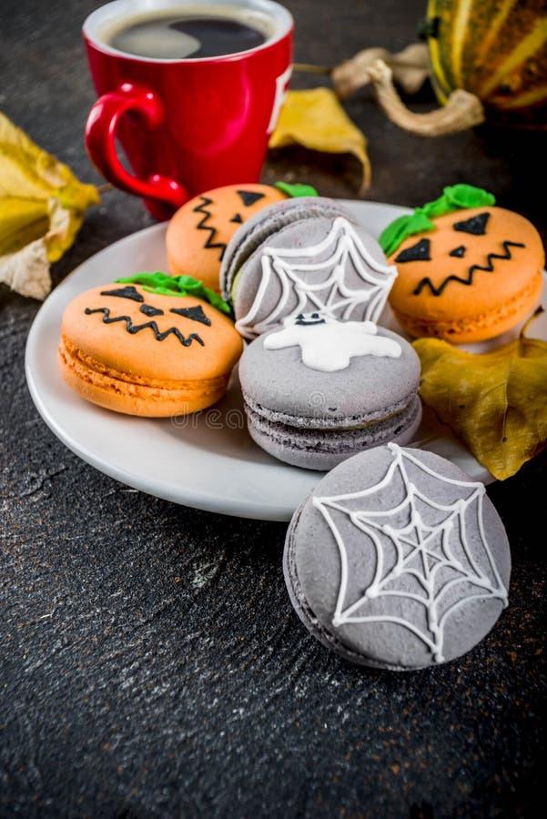 Galletas del macaron de Halloween imagen de archivo