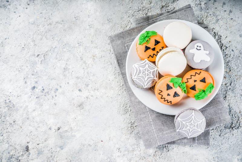 Galletas del macaron de Halloween foto de archivo