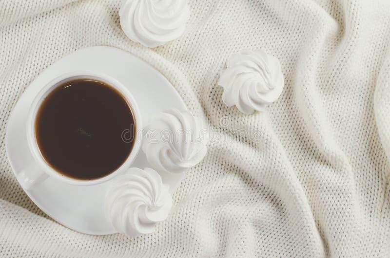 Galletas del merengue y taza deliciosas de té caliente fotos de archivo libres de regalías