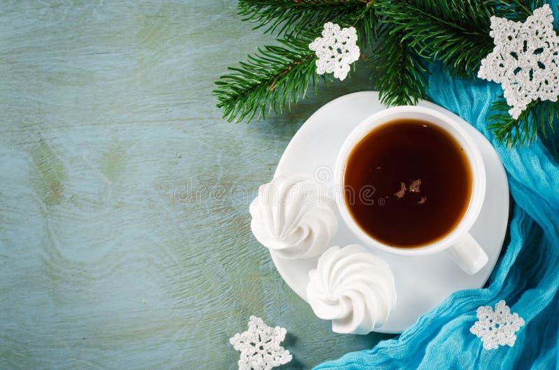 Galletas del merengue y taza deliciosas de té caliente imagen de archivo