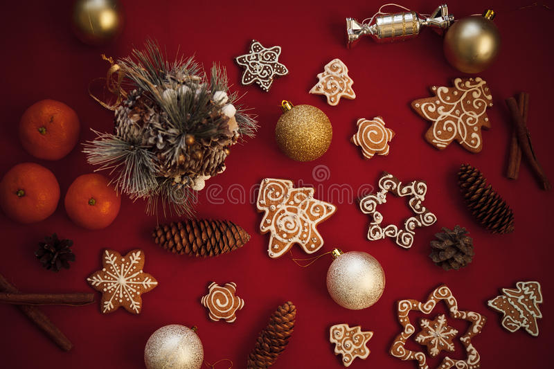 Galletas del pan de jengibre de la Navidad con los juguetes, canela, mandarinas encendido foto de archivo