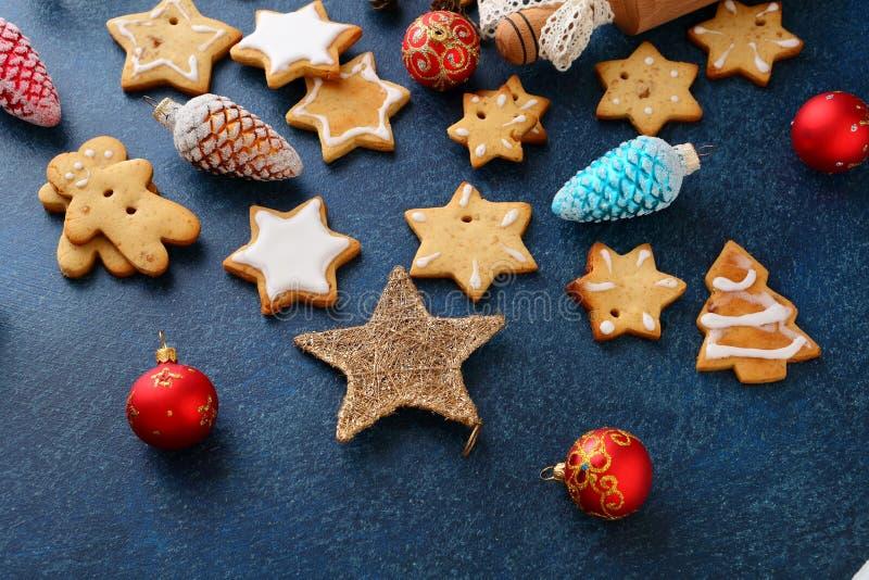 Galletas del pan de jengibre de la Navidad en la forma de la estrella y de la chuchería del Año Nuevo imagen de archivo