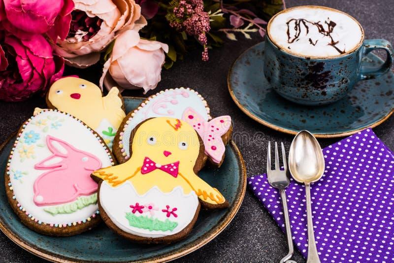 Galletas del pan de jengibre de Pascua con el dibujo foto de archivo libre de regalías